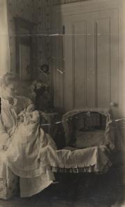 Zatae Longsdorff holding daughter, 1900