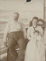Zatae Longsdorff with daughter and husband, 1900