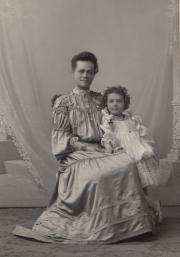 Zatae Longsdorff and daughter, 1904