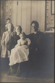 Zatae Longsdorff with daughters and mother, c.1905